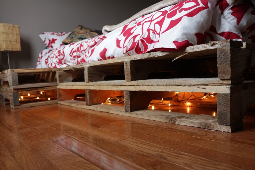 Diy pallet bed attached night stands homemade food junkie - Camas con palets ...