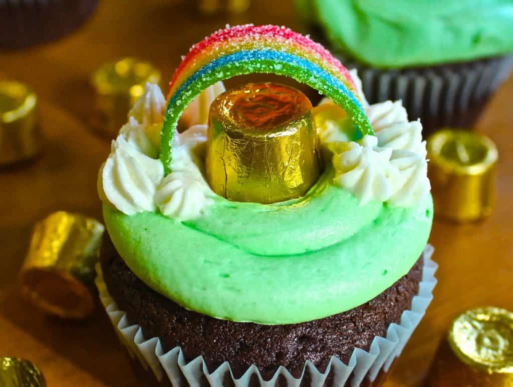 St Patricks Day Guinness Cupcakes Are So Cute And Tasty With Mint Buttercream Frosting. Make These For Your Rainbow Holiday Party! Kids Love Them! Homemadefoodjunkie.com