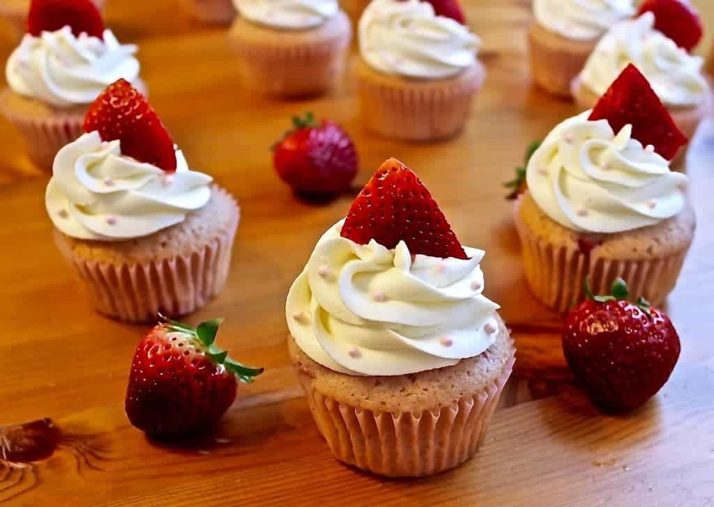Delectable Fresh Strawberry Cupcakes by http://homemadefoodjunkie.com