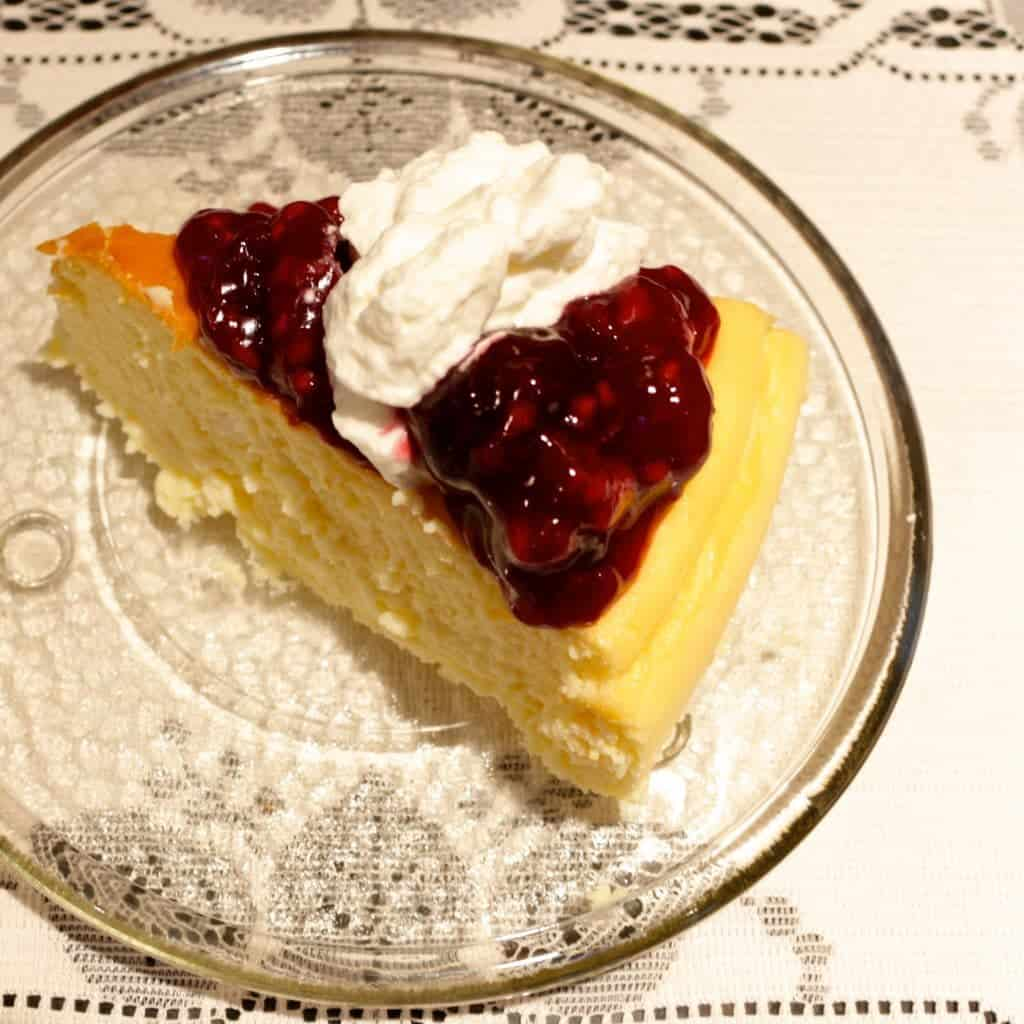 Light, delicious, crustless New York Cheesecake with very berry ...