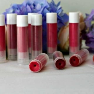 Homemade Natural Shimmering Lip Gloss completely natural homemade lip gloss http://HomemadeFoodJunkie.com