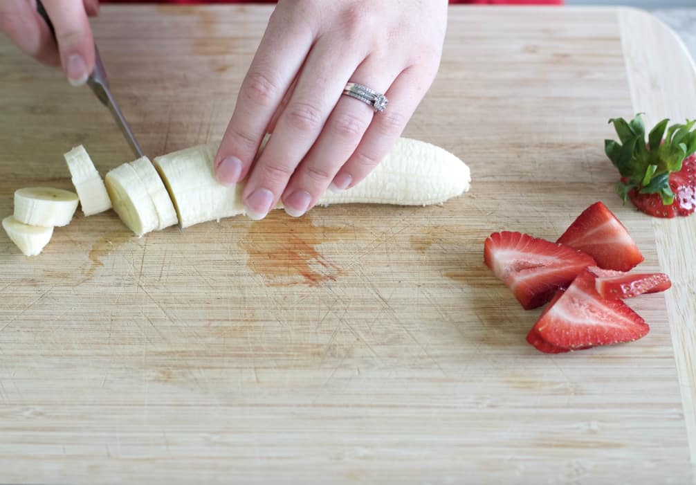 Chop banana slices and sliced strawberries